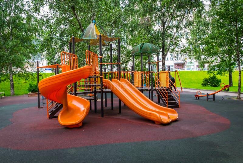 Le terrain de jeu coloré pour des enfants en parc photo stock