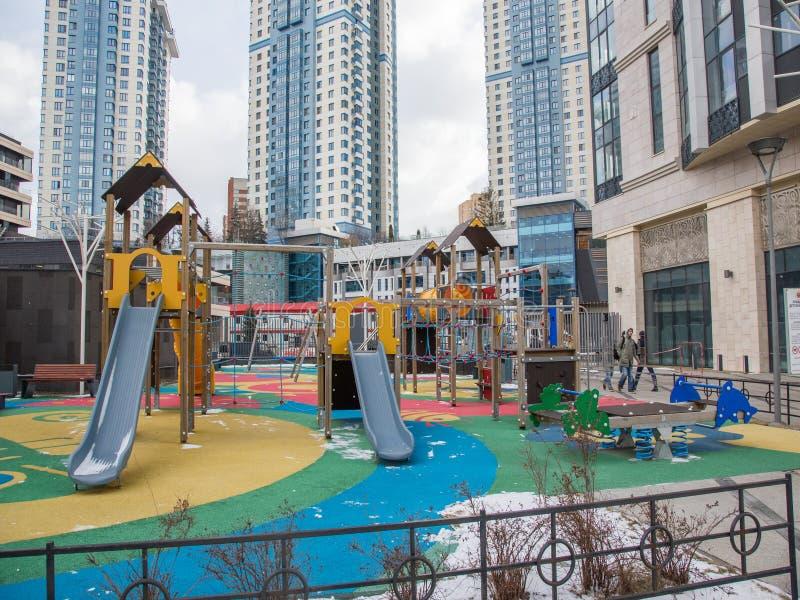 Le terrain de jeu des enfants dans la cour d'une zone r?sidentielle photos stock