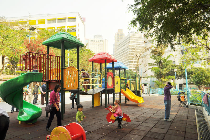 Le terrain de jeu des enfants de la Communauté à Hong Kong, la mère et les enfants a joué heureusement ensemble images stock
