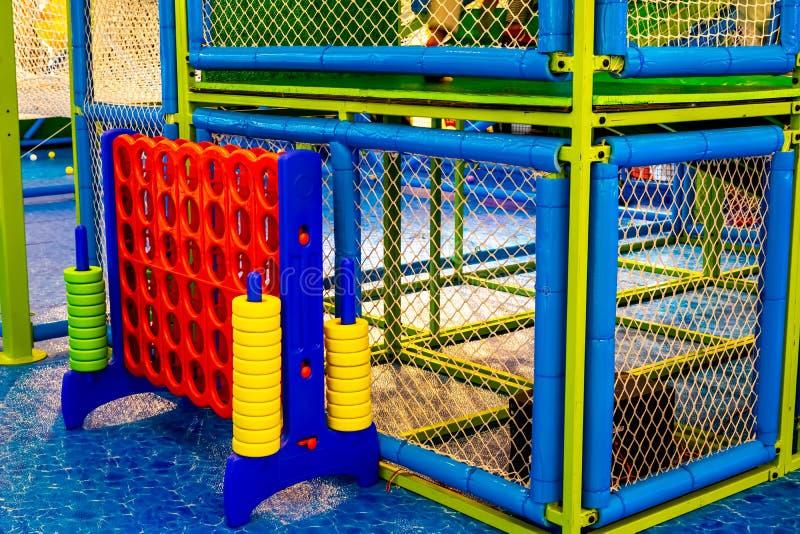 Le terrain de jeu de jardin d'enfants avec le géant enorme classique 4 se relient dans une rangée pour marquer des jeux de sociét images stock