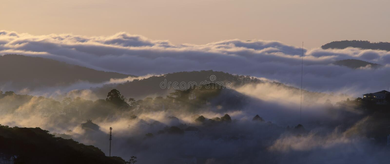 Le terre del plateau di Dalat della copertura della nebbia, Vietnam, fondo con magia della nebbia densa e del sole rays, il sole  immagini stock libere da diritti
