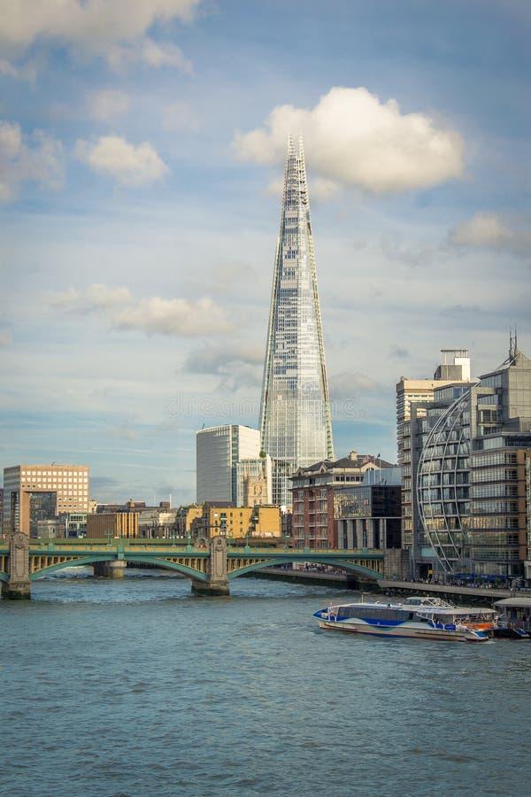 Le tesson dans la vue de Londres avec le pont de Southwark au-dessus du Th de rivière image stock