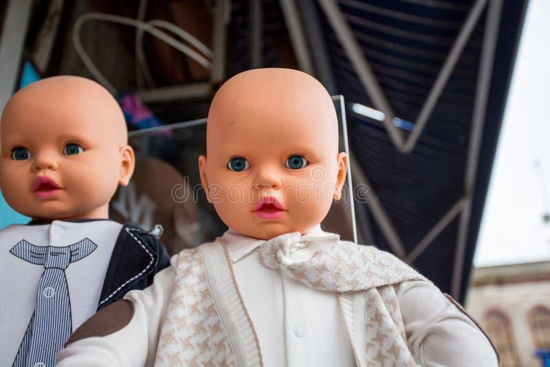 Le teste del bambino visualizzano i vari oggetti di abbigliamento fotografia stock libera da diritti