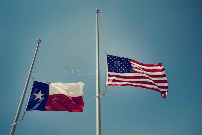 Le Texas et les drapeaux des Etats-Unis au mi-mât photo libre de droits