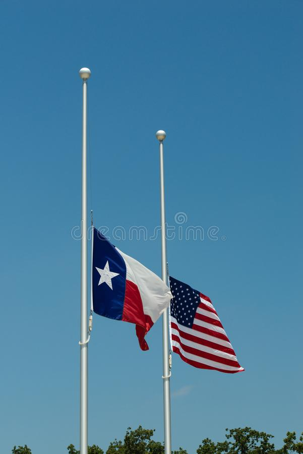 Le Texas et les drapeaux des Etats-Unis au moitié-personnel photographie stock libre de droits