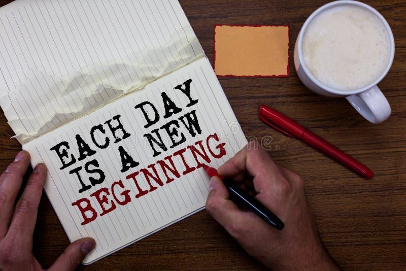 Le texte d'écriture écrivant chaque jour est un nouveau début Concept signifiant chaque matin vous pouvez reprendre la note colla photos stock