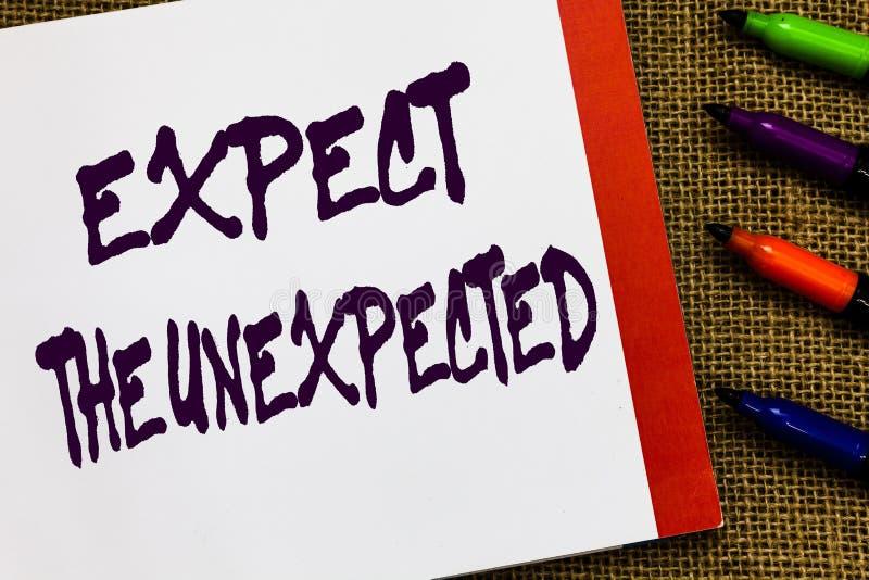 Le texte d'écriture attendent l'inattendu Le concept signifiant n'importe quoi peut se produire considèrent tous les événements p photos libres de droits