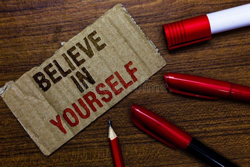 Le texte d'écriture de Word croient en vous-même Concept d'affaires pour encourager quelqu'un chapeau BO de crayon de stylo de ci photographie stock libre de droits
