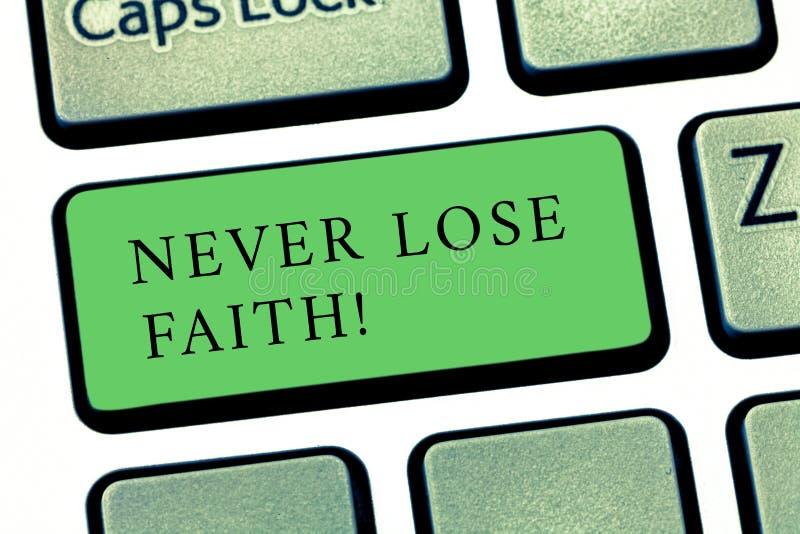 Le texte d'écriture de Word ne perdent jamais la foi Le concept d'affaires pour ne cessent pas de croire en quelqu'un ou quelque  photographie stock