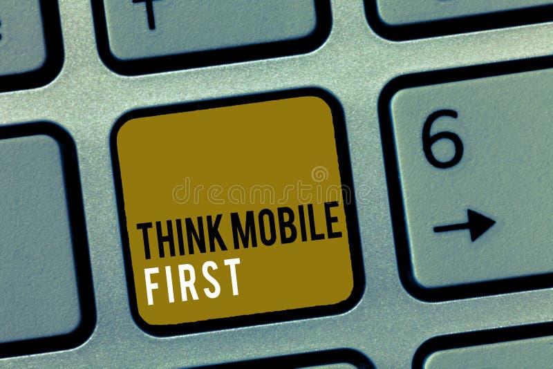 Le texte d'écriture de Word pensent le premier concept d'affaires de mobile pour le contenu accessible 24 ou 7 de dispositif tenu photos stock