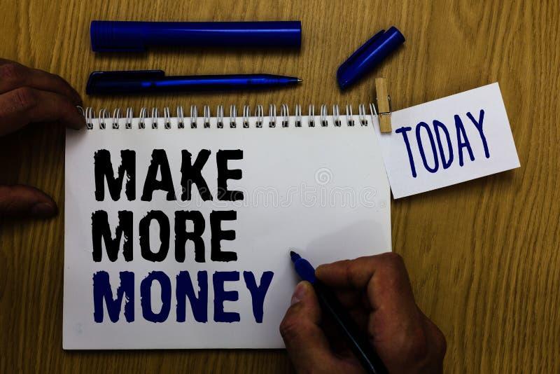 Le texte d'écriture gagnent plus d'argent L'augmentation de signification de concept vos avantages de salaire de revenus fonction photographie stock libre de droits