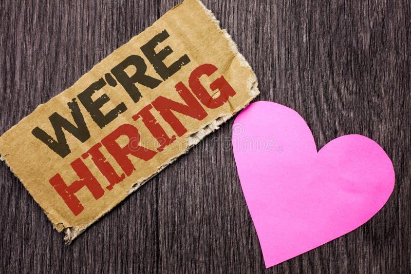 Le texte d'écriture louaient La signification de concept recrutant louant maintenant l'offre d'emploi de recrutement a annoncé la photo stock