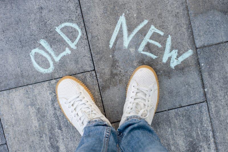 Le texte sur l'asphalte vieux - nouveau, un choix photos stock
