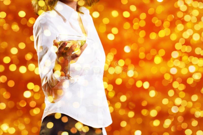 Le thème de Noël, femme boit un verre de vin mousseux sur le blurr photographie stock