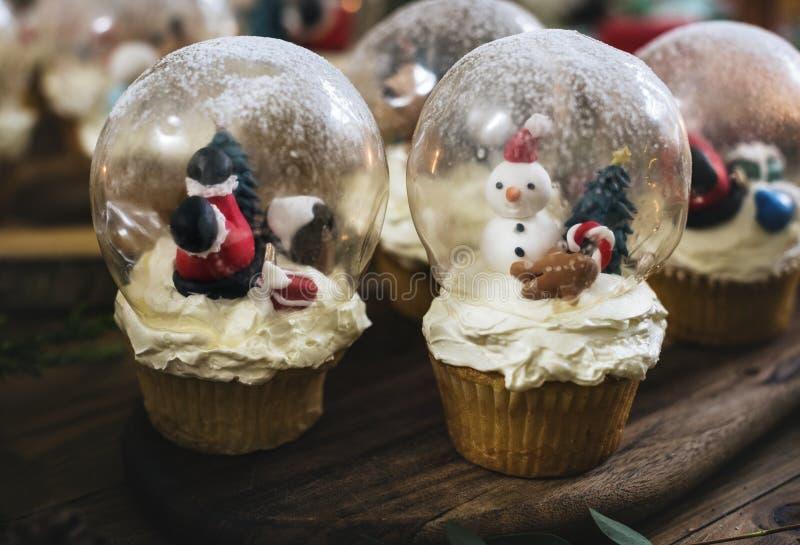 Le thème de Noël lance des boules de neige des vacances de petits gâteaux images libres de droits