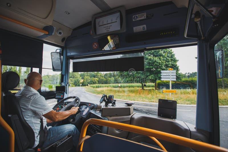 Le thème est la profession du transport de conducteur et de passager Un homme dans le conducteur des lunettes de soleil A conduit image stock
