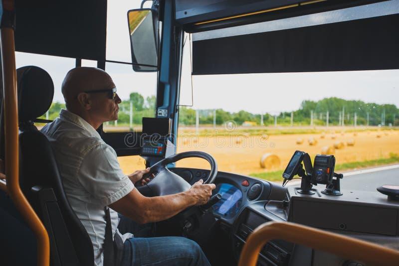 Le thème est la profession du transport de conducteur et de passager Un homme dans le conducteur des lunettes de soleil A conduit photos libres de droits