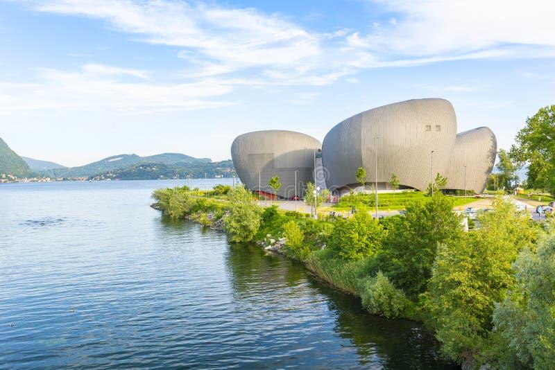 Le théâtre et les événements modernes centrent dans Verbania Pallanza le long du bord de lac du maggiore de lac photographie stock