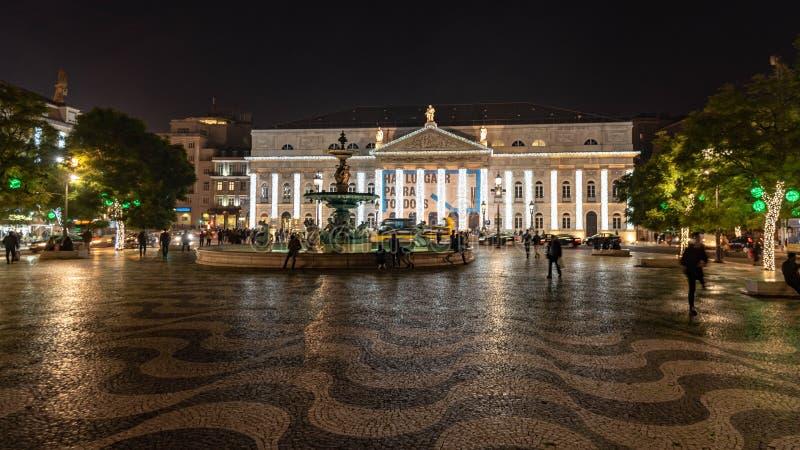 Le théâtre national de la Reine Maria II à Lisbonne s'est allumé pour Noël image stock
