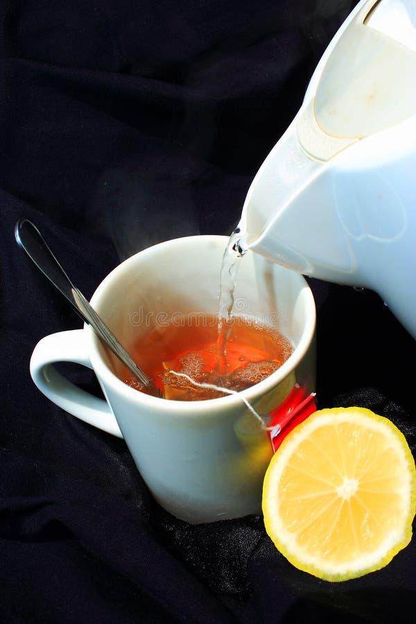 Le thé chaud de citron se renversent