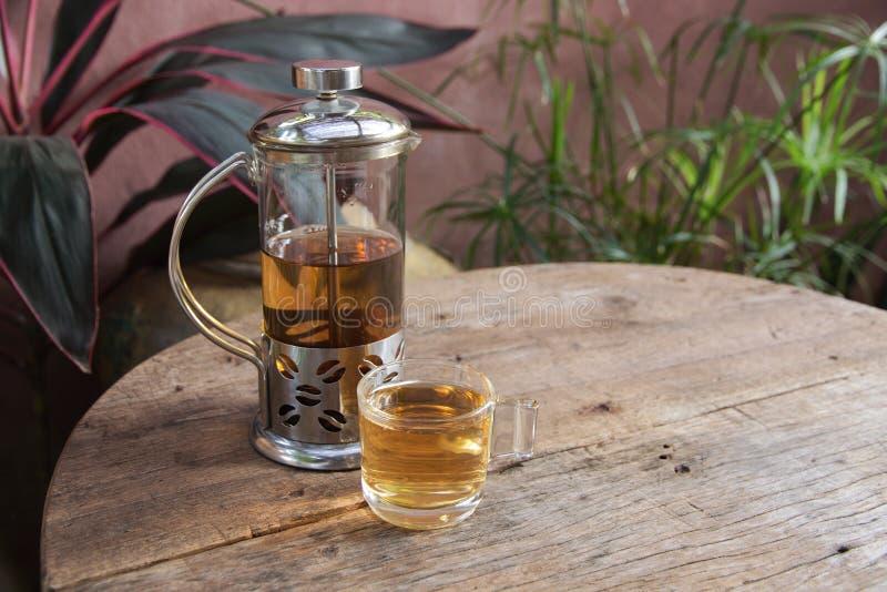 Le thé d'après-midi détendent sur le fond en bois photographie stock libre de droits