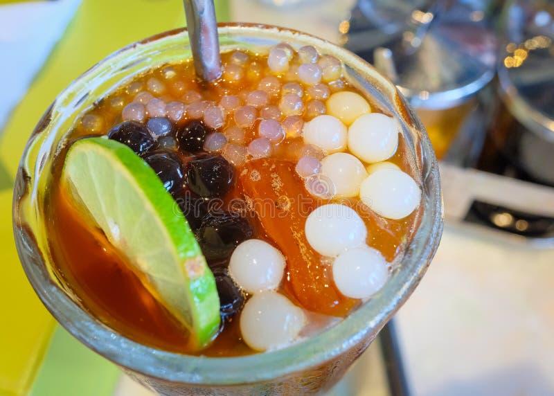 Le thé de bulle a glacé le thé de citron avec des perles de tapioca image stock