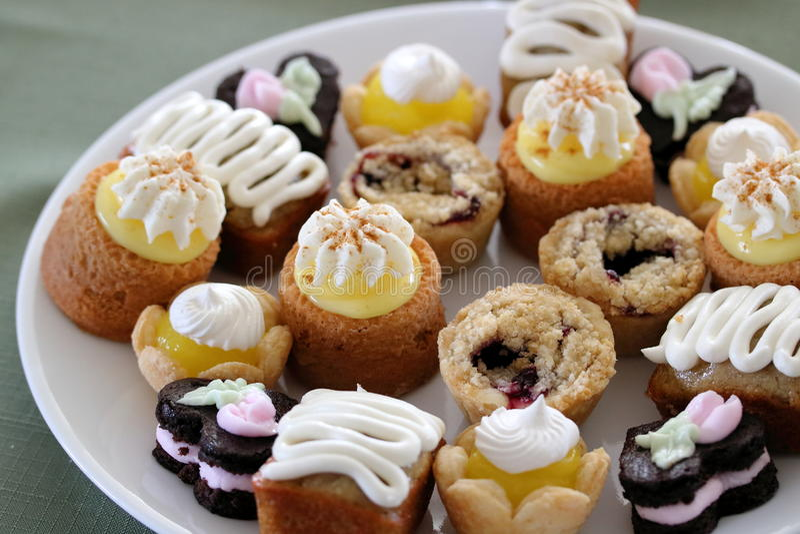 Le thé durcit? les biscuits doux et ronds roulés en sucre en poudre images libres de droits