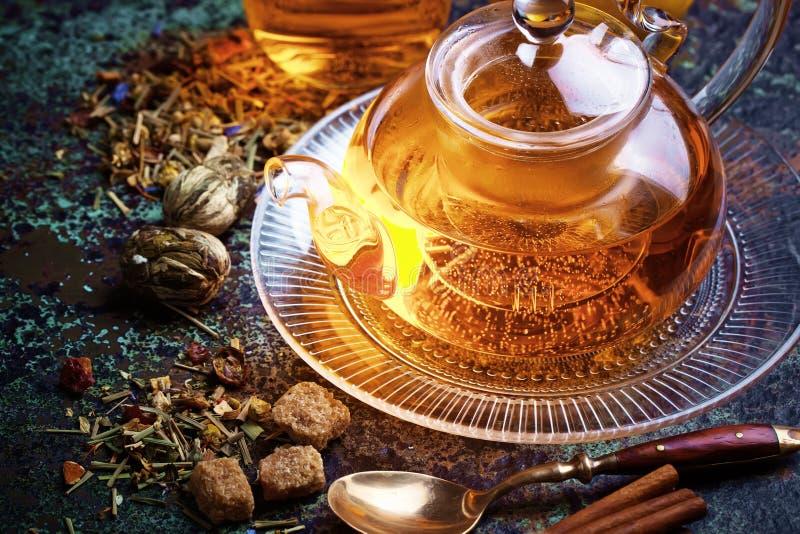Le thé est une boisson chaude images stock