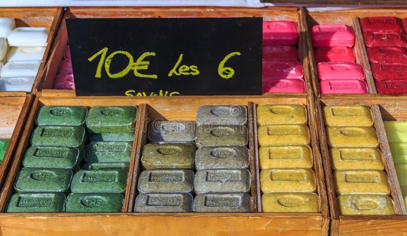 Le thé et la verveine faits main naturels colorés de citron ont flairé le savon dedans images stock