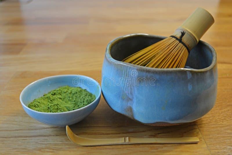 Le thé vert de Matcha de Japonais, cuvette faite main de Matcha avec le bambou battent, et cuillère photographie stock libre de droits