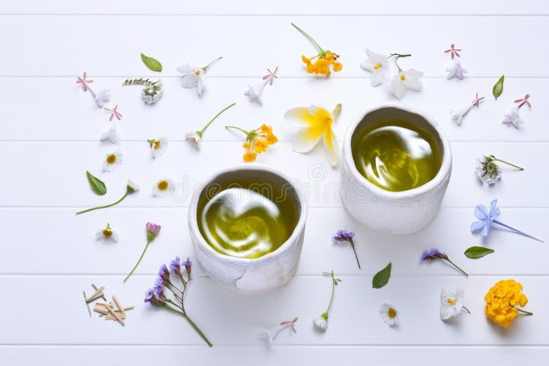 Le thé vert fleurit le fond images libres de droits