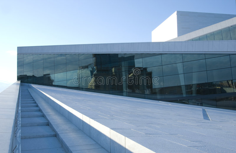 Le théatre de l'$opéra neuf à Oslo photos stock