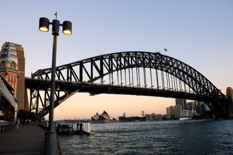 Le théatre et les bâtiments de Sydney Harbour Bridge et de l'opéra de ville, Australie photographie stock libre de droits