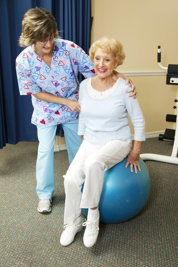 Le thérapeute physique travaille avec l'aîné photo libre de droits