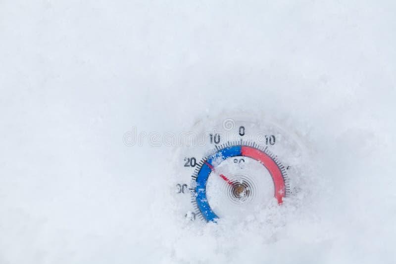 Le thermomètre congelé montre sans le wea froid d'hiver du degré 17 Celsius image libre de droits