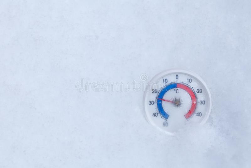 Le thermomètre congelé montre sans 25 WI extrêmes de froid de degré Celsius photos libres de droits
