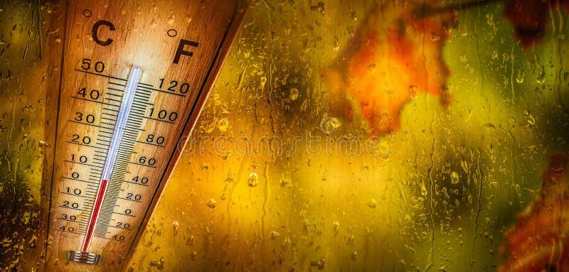 Le thermomètre derrière la fenêtre montre une basse température photo libre de droits