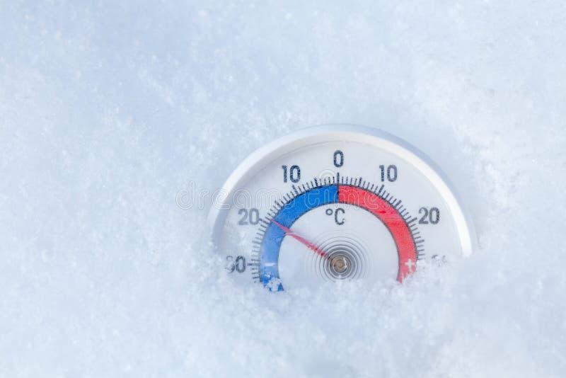 Le thermomètre extérieur dans la neige montre sans le freezi du degré 19 Celsius image libre de droits