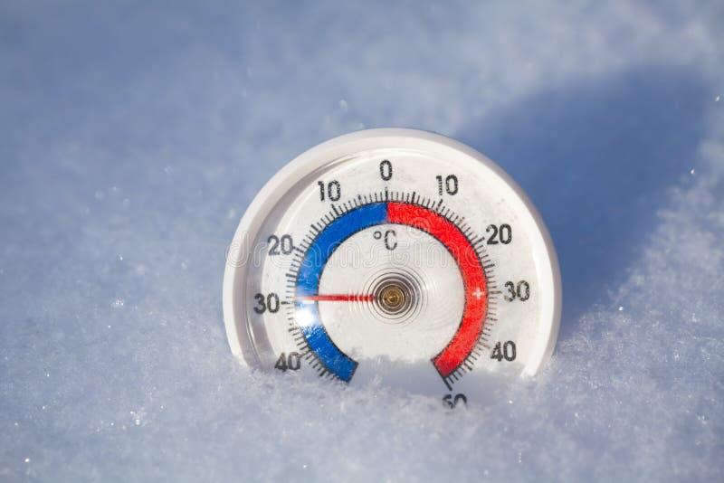 Le thermomètre extérieur dans la neige montre sans l'extrem du degré 29 Celsius image libre de droits