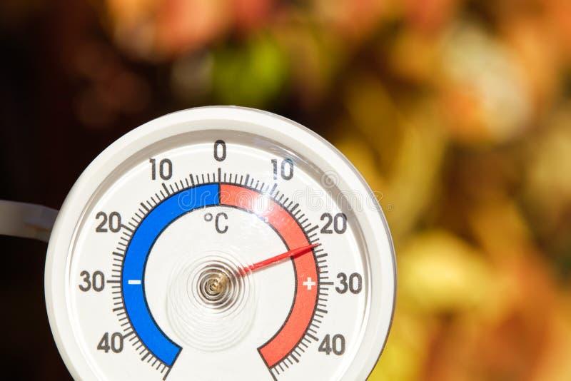Le thermomètre extérieur montre la température chaude - été indien de la Saint-Martin chaud photographie stock