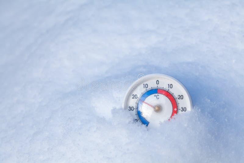 Le thermomètre neigé montre sans le wea froid d'hiver du degré 21 Celsius photographie stock libre de droits