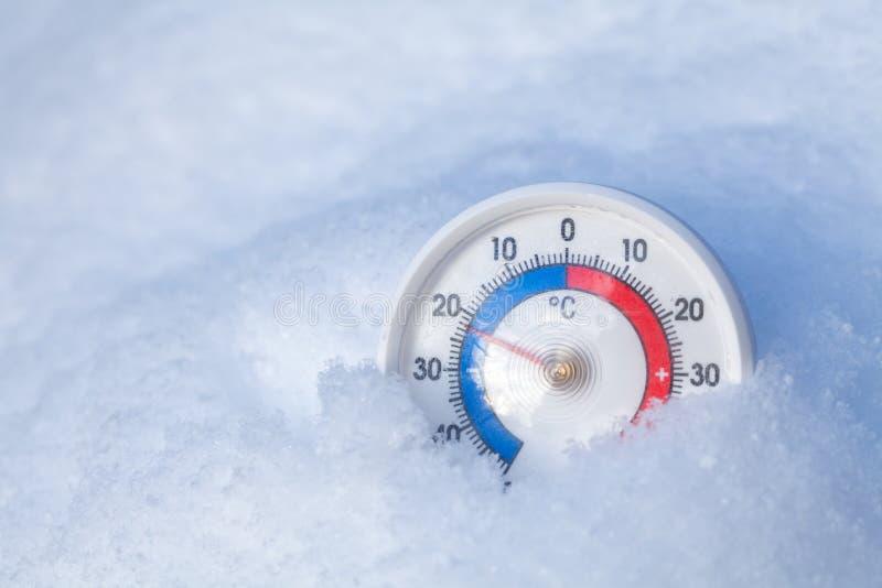 Le thermomètre neigé montre sans le wea froid d'hiver du degré 22 Celsius photos libres de droits