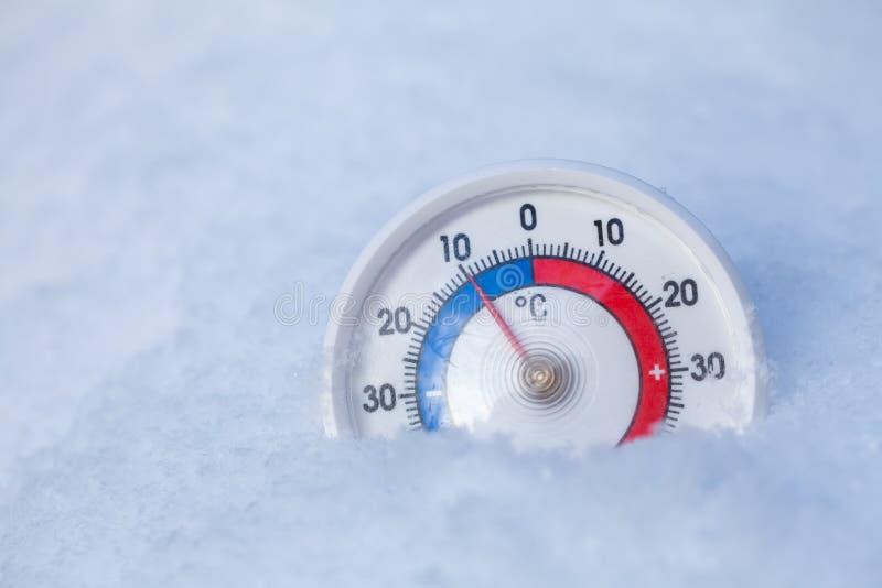 Le thermomètre neigé montre sans le wea froid d'hiver du degré 10 Celsius photos stock