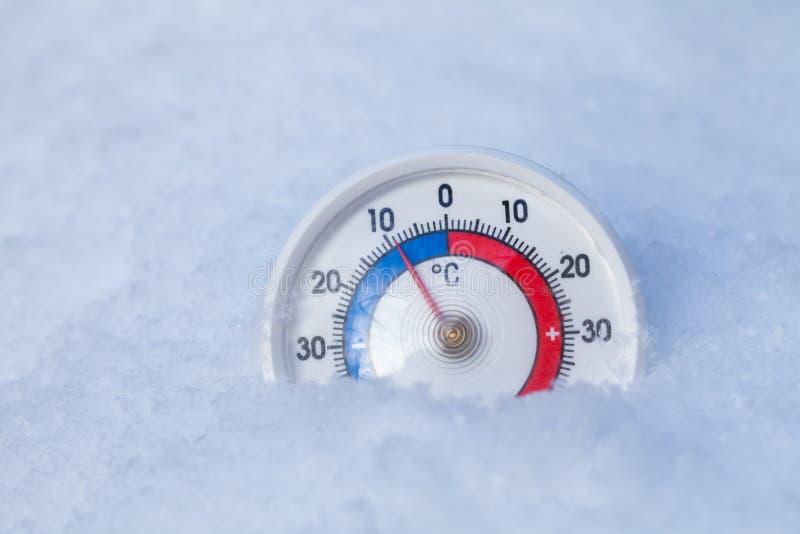 Le thermomètre neigé montre sans le weat froid d'hiver du degré 9 Celsius images stock