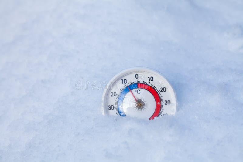 Le thermomètre neigé montre sans le weat froid d'hiver du degré 9 Celsius image libre de droits