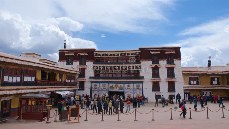 Le Thibet, Chine - mai 2019 : Pèlerins tibétains visitant le Palais du Potala à Lhasa, Thibet image libre de droits