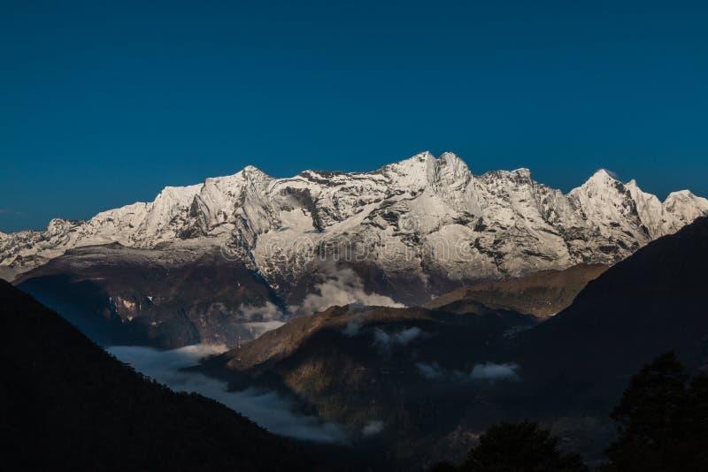 Le Thibet, les crêtes de neige photos libres de droits