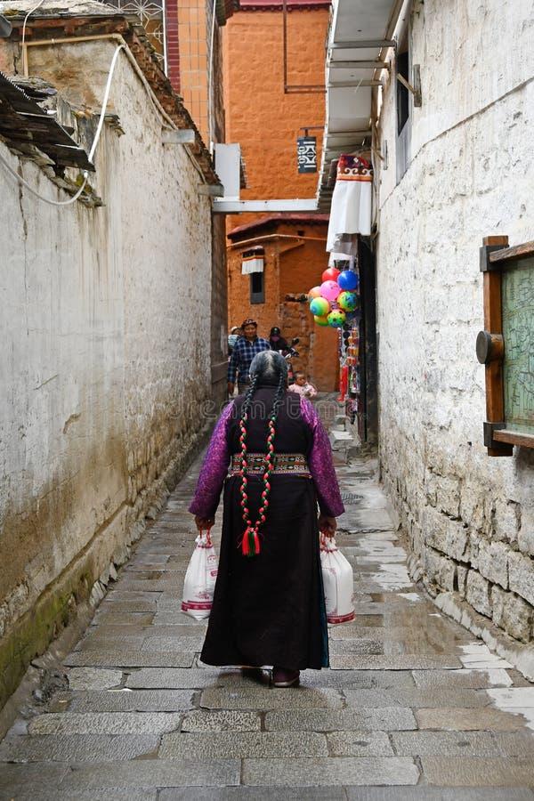 Le Thibet, Lhasa, Chine, juin, 03, 2018 Grosse femme dans une de la ruelle de Lhasa photographie stock libre de droits