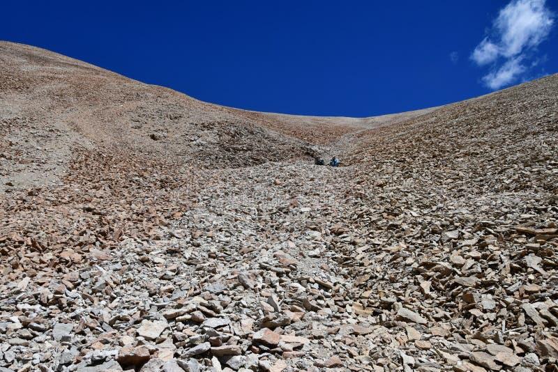 Le Thibet, paysage d'été à une altitude de plus de 5000 mètres Sur le chemin à la source de la rivière d'Ind photo libre de droits