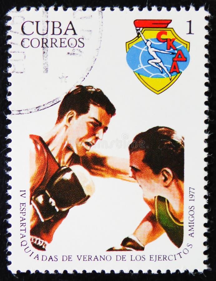 le timbre de courrier imprimé au Cuba montre deux combattants de boxe, vers 1977 photographie stock